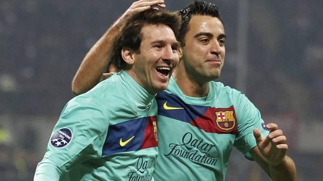 Xavi (r.) gratuliert Lionel Messi zum verwandelten Penalty