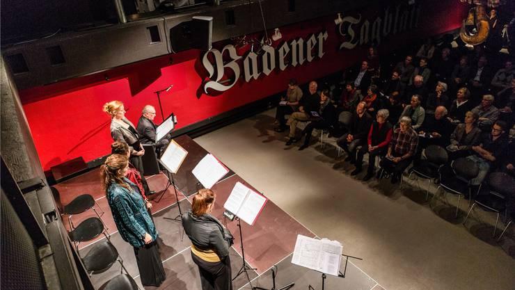 Die Sängerinnen Svea Schildknecht (v.l.), Susanne Puchegger, Sylvia Nopper und Leila Pfister, begleitet am Akkordeon von Sergej Tchrikov und sprechend begleitet von Hansrudolf Twerenbold. Sandra Ardizzone