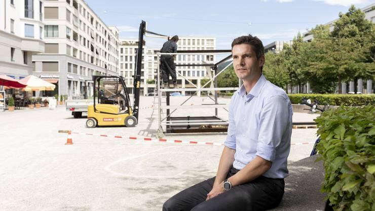 Der Stadtplaner Severin Lüthy vor den im Bau befindlichen Pavillons am Rapidplatz