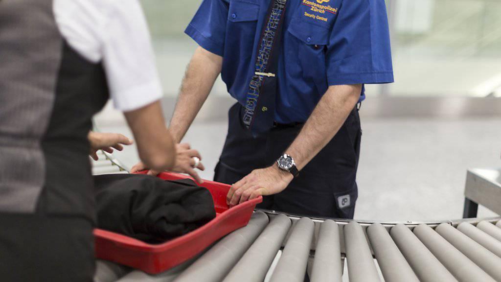 Wer eine Waffe in den Sicherheitsbereich eines Flughafens zu schmuggeln versucht, muss künftig mit strengeren Sanktionen rechnen. (Symbolbild)