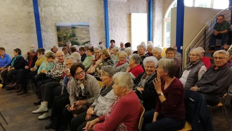 Das Publikum ist begeistert über das Seniorentheater.
