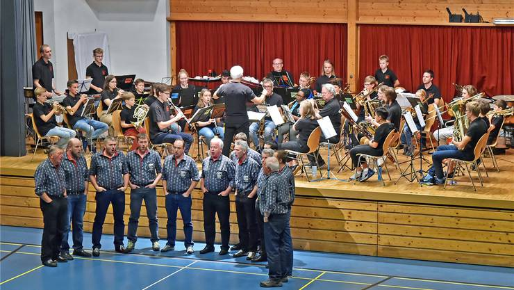 Der Jodlerclub Innertkirchen und die Jugendmusik Olten bei der Aufführung des «Alphorn-Jutz».