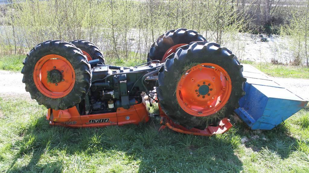 Eine Beifahrerin erlitt beim Traktorunfall unbestimmte Verletzungen.