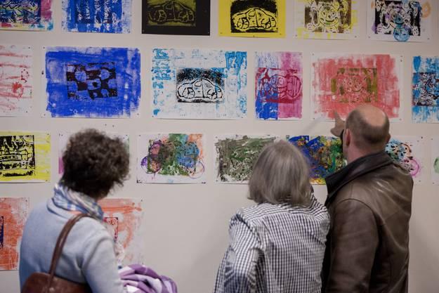 Mit grossem Interesse bestaunten die Erwachsenen die Kunstwerke der Kinder