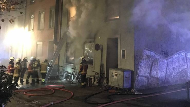 Er handelte rasch und löste Alarm aus. Die Feuerwehr rückte in der Nacht vom Sonntag auf den Montag unverzüglich mit einem Grossaufgebot aus und brachte 19 Personen in Sicherheit.