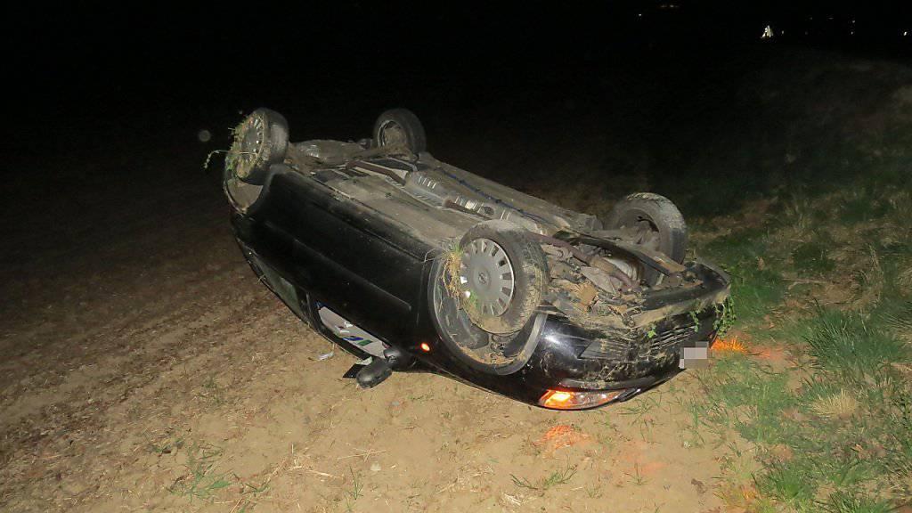 Weil die Fahrerin am Autoradio hantierte, verlor sie die Herrschaft über ihr Fahrzeug. Dieses landete auf dem Dach und erlitt Totalschaden.