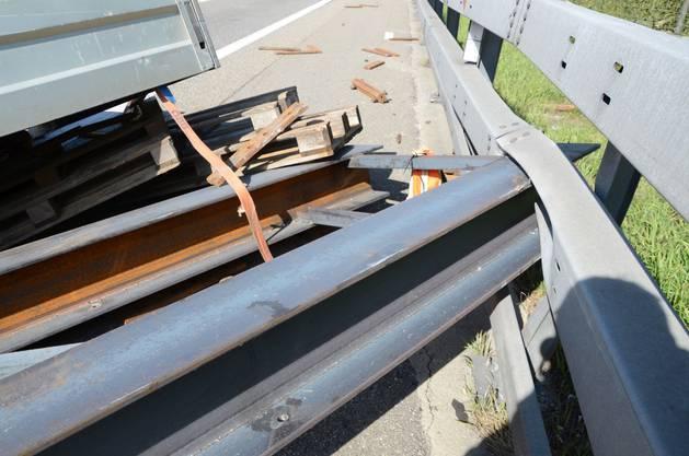 Der Stahlträger verkeilte sich in der Leitplanke.