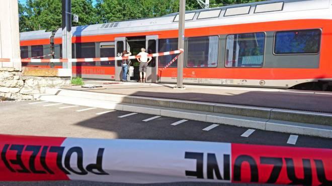 Der Zug wurde in Salez SG gestoppt. Sechs Opfer und der Täter wurden teilweise schwer verletzt. Mehrere schweben in Lebensgefahr. Foto: Beat Kaelin/newspictures.ch