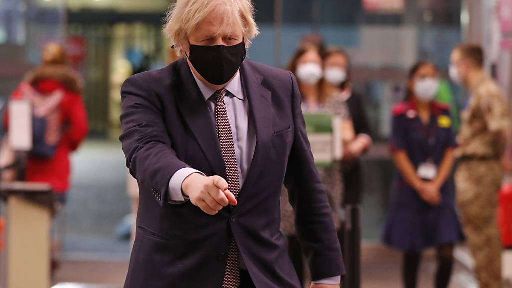Boris Johnson, Premierminister von Großbritannien, kommt in das St Thomas' Krankenhaus, um seine Corona-Schutzimpfung zu erhalten. Foto: Frank Augstein/AP POOL/dpa