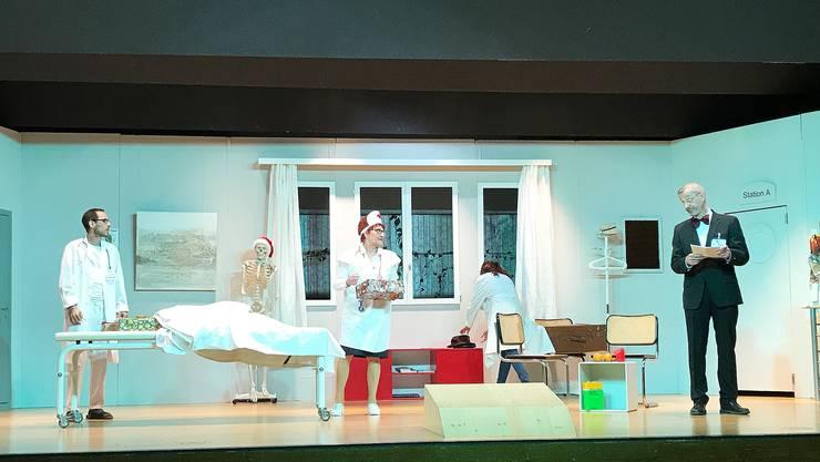 Feiert heute Freitagabend Premiere: Die Theatergruppe Birmensdorf mit dem rasanten Stück «Alles uf Chrankeschiin» des britischen Komödienautors Ray Cooney.