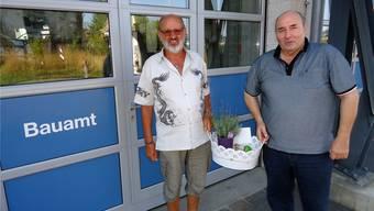 Bauamtsmitarbeiter Geri Huber (l.) wird durch Gemeindeammann Walter Gloor mit einem Geschenk verabschiedet.