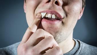 Der Snus-Konsum in der Schweiz ist gestiegen. Besonders junge Männer aus der Deutschschweiz greifen zum Oberlippen-Tabak.