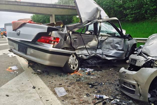 Der Unfallverursacher kam auf die Gegenfahrbahn und kontrollierte insgesamt mit zwei Autos.