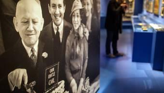 """Foto in der Stuttgarter Ausstellung """"Carl Laemmle Presents... A Jewish Swabian Invents Hollywoodvon"""" zeigt Carl Laemmle , wie er an seinem 66. Geburtstag eine 66-Pfund-Torte anschneidet. Zu seinem 150. gibt es heute eine entsprechend grössere Torte. (Archivbild 9.12.16)"""