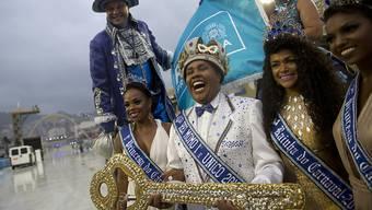 Hat die Macht über die Stadt am Zuckerhut übernommen: Karneval-König  Momo Wilson Neto mit dem symbolischen Stadtschlüssel.