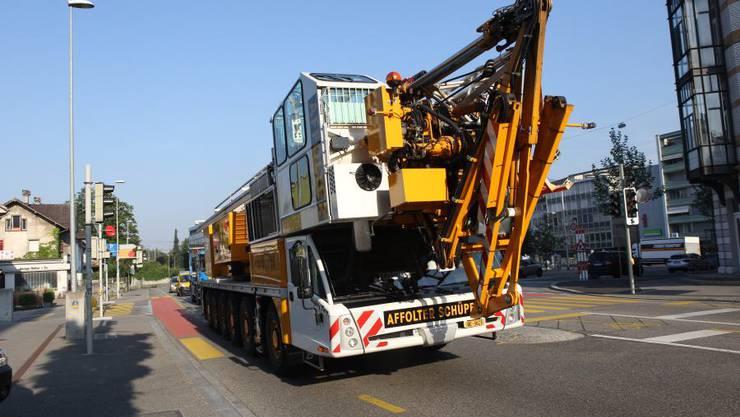 Der mobile AT6-Kran fährt heran