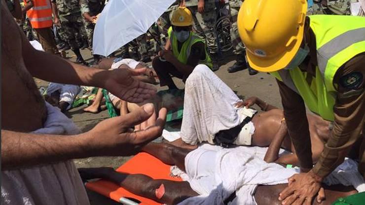 Dieses Foto wurde auf Twitter veröffentlicht: Ein Pilgerer wird von einem Arzt betreut. In Mina ist beim muslimischen Opferfest eine Massenpanik ausgebrochen.