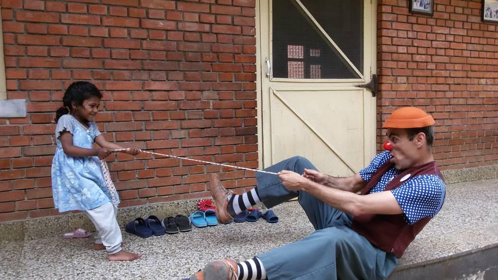 Das SRK Kanton St.Gallen sucht Freiwillige, die als Clowns Kinder in Asylzentren besuchen.