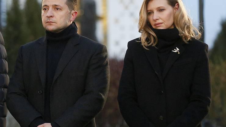 ARCHIV - Wolodymyr Selenskyj, Präsident der Ukraine, und seine Frau Olena stehen an einem Denkmal für die Opfer der Großen Hungersnot. In der Ukraine ist Präsident Selenskyj wegen einer Corona-Infektion seiner Ehefrau Olena zu einem «besonderen Arbeitsregime» übergegangen. Foto: Efrem Lukatsky/AP/dpa