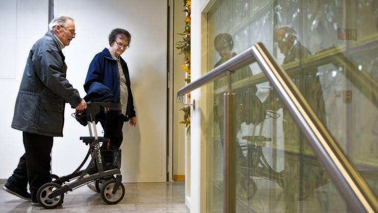 Pflegebedürftige Menschen erhalten mehr Rechte, ihre Angehörigen müssen besser informiert werden. Chris Iseli