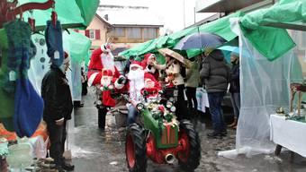 Der Reinacher Weihnachtsmarkt «Sonntag am Bahnhof» ging am 2017 in Pflotsch und Wind unter.