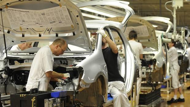 Bisher mussten etwa Autobauer wie VW, hier das Werk in Wolfsburg, in China mit heimischen Firmen zusammenarbeiten. Das ändert sich jetzt.