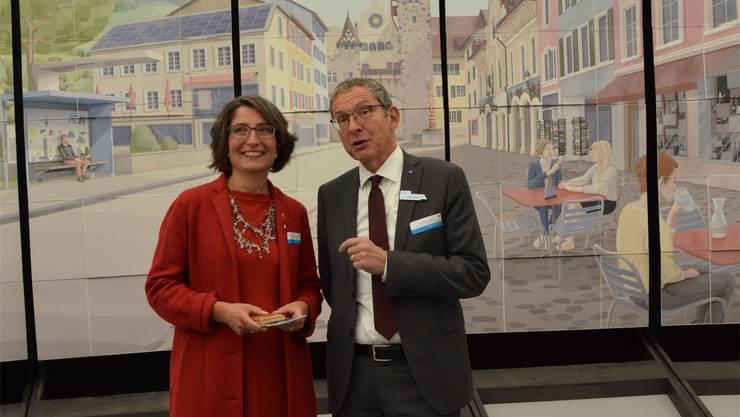 Die Zuger Frau Landammann Manuela Weichelt-Picard und Landstatthalter Urs Hofmann in der Aargauer Sonderausstellung. zvg