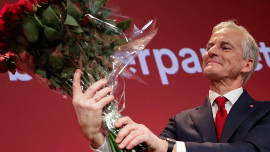 Der Vorsitzende der Arbeiterpartei, Jonas Gahr Støre, hält einen Strauß roter Rosen bei der Wahlmahnwache der Arbeiterpartei für die Parlamentswahlen 2021 im Volkshaus in Oslo. Bei der Parlamentswahl sind alle Stimmen vorläufig ausgezählt. Es bleibt bei einem klaren Sieg für ein Mitte-Links-Bündnis. Foto: Heiko Junge/NTB via AP/dpa