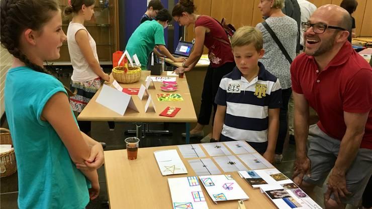 Livia (links) präsentiert an ihrem Stand ihre Arbeit über den Goldenen Schnitt.  chr