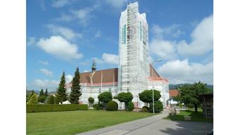 Der Kirchturm ist eingerüstet und der Rest der Kirche mit einem Netz versehen