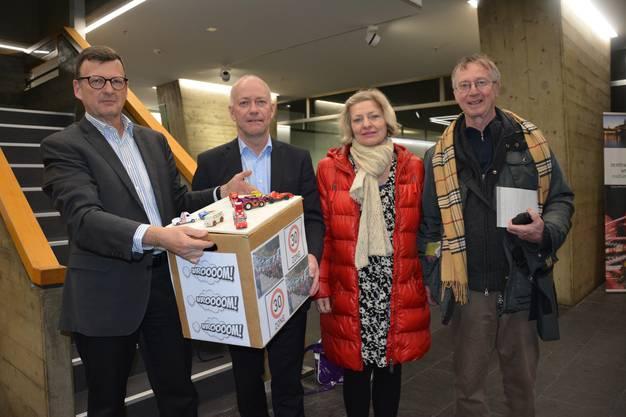 Die Anwohner wollen nun Taten sehen und übergaben Stadtpräsident Martin Wey (2.v.l.) eine Petition (v.l.): Hansruedi Kaeser, Eva Künzler und Urs Amacher.