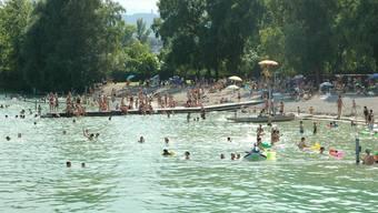 Die Hitze lockte die Menschen scharenweise ins kühle Nass. Bild: Strandbad Mythenquai