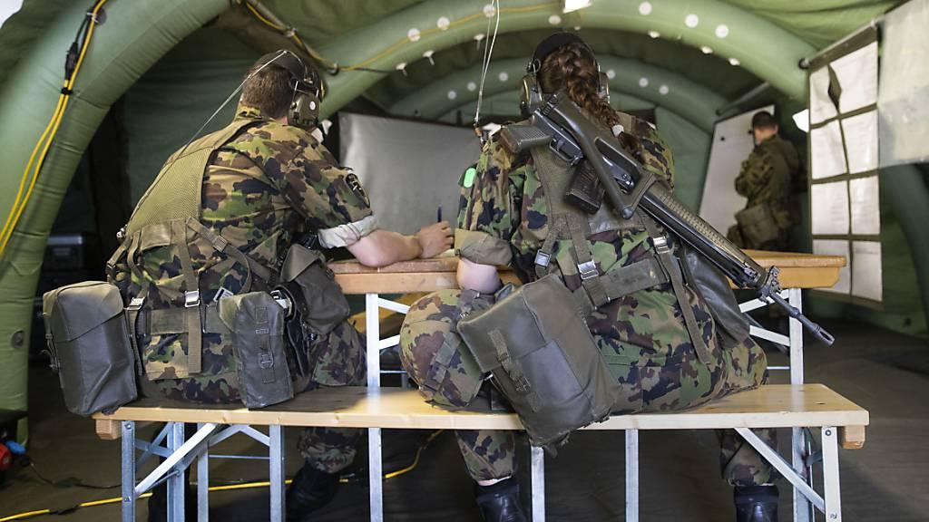 In der Rekrutenschule in Spiez sind 59 Armeeangehörige positiv auf das Coronavirus getestet worden, weitere 87 wurden in Quarantäne gesetzt. (Symbolbild)