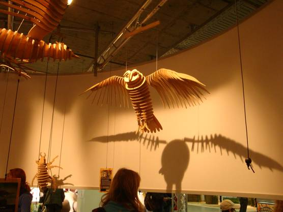 Tierische Kunst gibt es beim Coop-Stand im Kongresszentrum. Die Holztiere lassen sich durch ein Seilziehen bewegen.