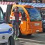 Henrik Haerden, Werkhofleiter Reinach, inmitten von E-Fahrzeugen.