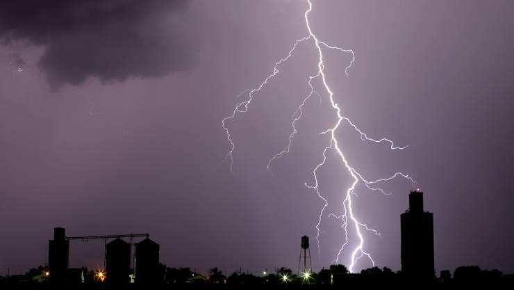 Bis am Mittwoch Abend ziehen immer wieder Gewitter die Schweiz. (Symbolbild)