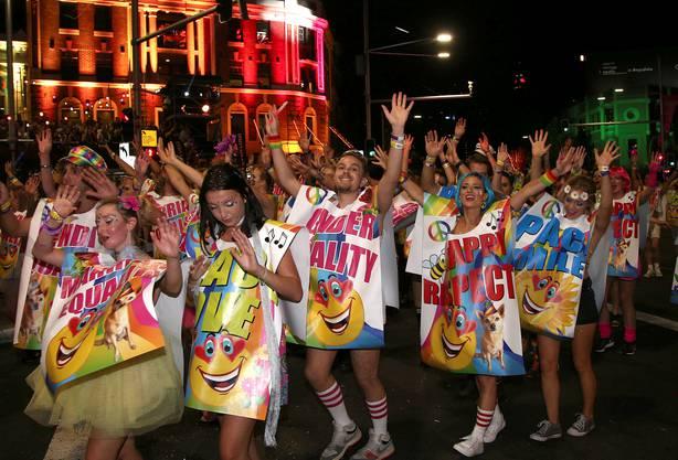 Die Menschen tanzen und feiern
