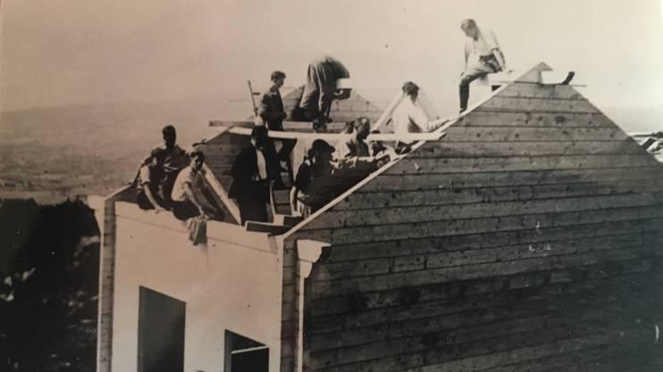 Die Naturfreunde legen selber Hand an: Der Dachstock nimmt Formen an.