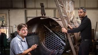 Demian Soder (rechts) flickt Kessel und ist für alte Dampfloks ein unerlässlicher Mann.
