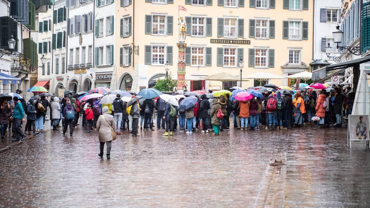 An die 120 Personen trafen sich auf dem Märetplatz.