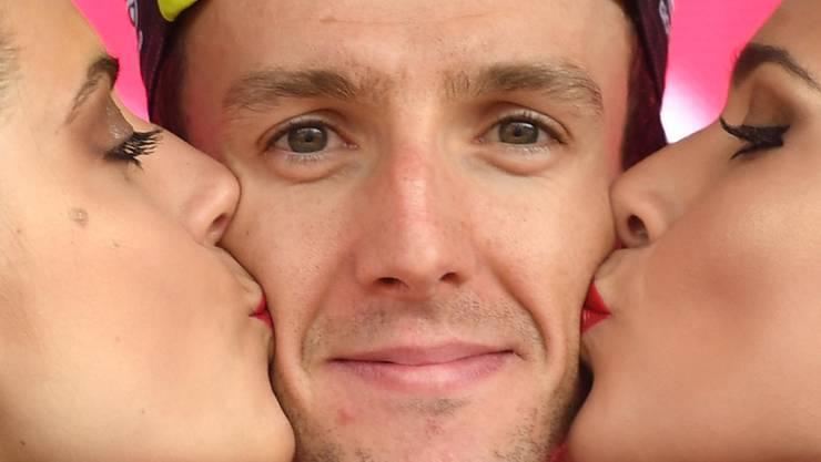 Küsschen für den souveränen Giro-Leader Simon Yates