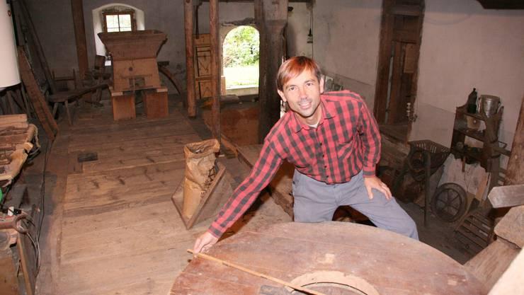 Der «Mühlendoktor»: Kurt Fasnacht an der Arbeit in der alten Mühle. (Bild: Barbara Vogt)