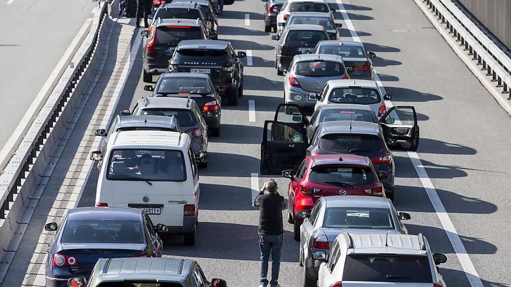 Carpooling würde die Zahl der Autos auf den Strassen verringern - das Ergebnis: weniger Staus. (Archivbild vom April dieses Jahres)