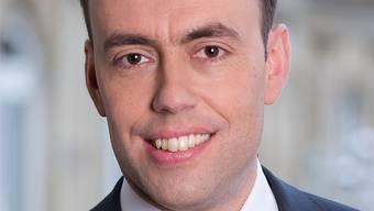 Seit 2009 ist Nils Schmid (42) Landesvorsitzender der Sozialdemokratischen Partei Deutschland (SPD) in Baden-Württemberg. 2011 kam es zum Machtwechsel: Seither regiert eine rot-grüne Koalition das Bundesland. Schmid ist stellvertretender Ministerpräsident. Er leitet das Ministerium für Finanzen und Wirtschaft. Schmid studierte in Tübingen Rechtswissenschaften. Mit seiner Frau hat er eine fünfjährige Tochter.