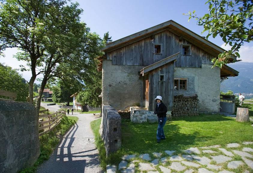 Eine Touristin vor dem Heidihaus im Heididorf ob Maienfeld. Keystone/Gaetan Bally