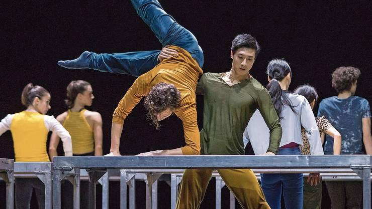 William Forsythes Choreografie «One Flat Thing, reproduced» für 20 Tische und 14 Tänzerinnen und Tänzer ist spektakulär.