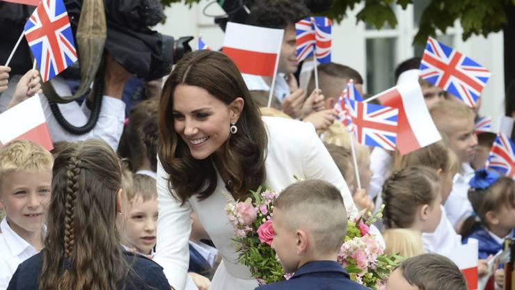 Herzogin Kate begrüsst am 17. Juli 2017 in Warschau Kinder bei ihrem Besuch mit Prinz William in Polen.