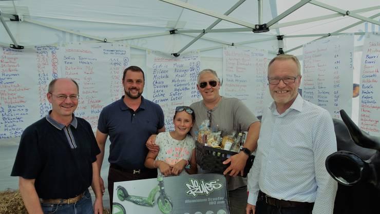 (v.l.n.r.) Kantonsrat Diego Bonato, SVP Präsident Mike Burri, Gewinnerin Alissa Rinner, Gewinner Heinz Rinner, Nationalrat Hans Egloff.