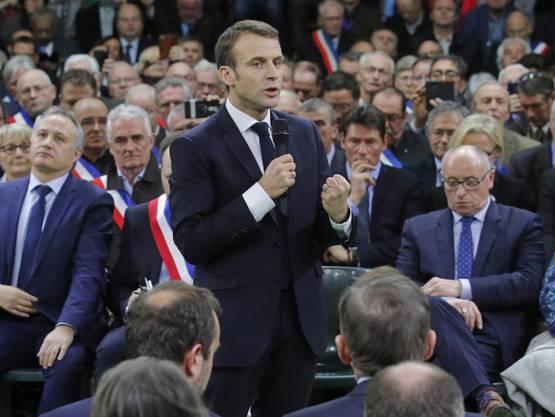 Emmanuel Macron spricht vor rund 600 Bürgermeistern in der Gemeine Grand Bourgtheroulde in der Normandie.