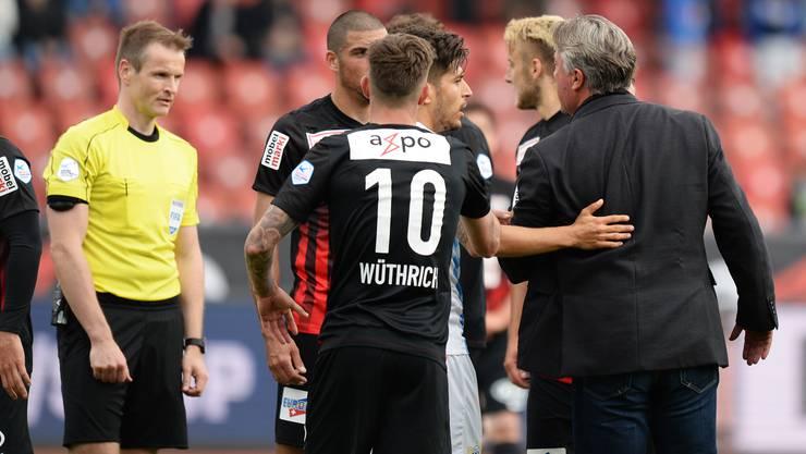 Marco Schällibaum (r.) geigt Schiedsrichter Alain Bieri die Meinung.